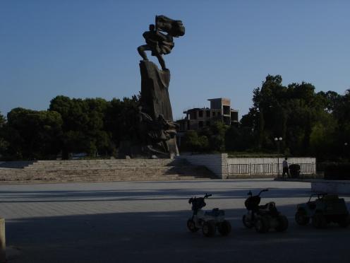 Vlora: Denkmal (c) Ekkehart Schmidt