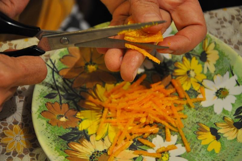 Orangenschalen schnippeln © Ekkehart Schmidt