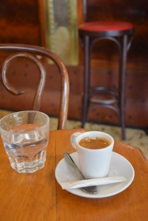 Ich kam hier gegen 11 Uhr vorbei und hatte noch eine halbe Stunde Zeit bis zu einer Veranstaltung nahebei. Ein Espresso also.