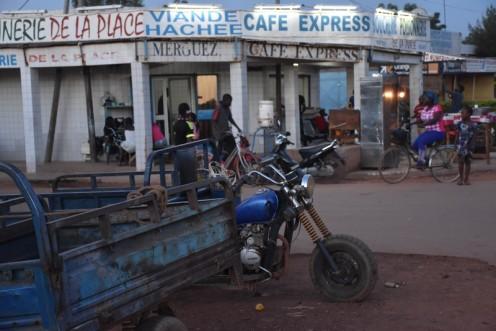 Motos am Café Express_Ouagadougou ⓒ Ekkehart Schmidt