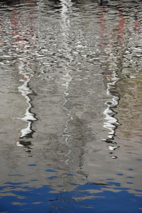 Weiße Röhren im Wellenspiel © Ekkehart Schmidt