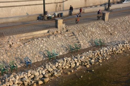 In Kairo, etwa 250 km vor der Mündung, wird der Fluss nach manigfaltiger Transformation in Bewässerungs- und Trinkwasser, plötzlich - erstmals nach Khartoum, Assuan und Luxor - wieder in ein festgemauertes Bett gepresst, das er seit der Vollendung des Assuan-Staudammes 1971 selbst zu Zeiten der jährlichen Flut nicht mehr verlassen kann. Und wirkte für mich damals fast enttäuschend schmal. Jedenfalls beim Blick hinüber auf die Insel Zamalek mit dem Cairo-Tower, hinter der freilich noch ein kleinerer Arm nordwärts fliesst. Heute bin ich immer neu überrascht, wie breit der Fluss trotz mannigfacher Nutzung immer noch ist.